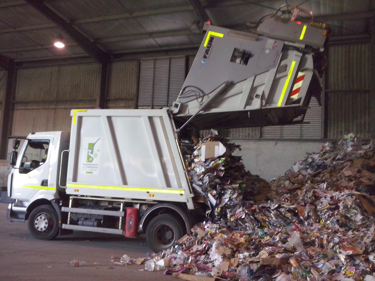 Vidage du camion après la collecte des bacs jaune