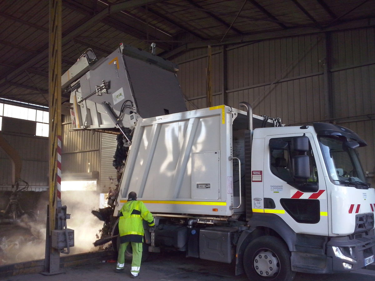 Vidage d'un camion poubelle après le ramassage des ordures ménagères