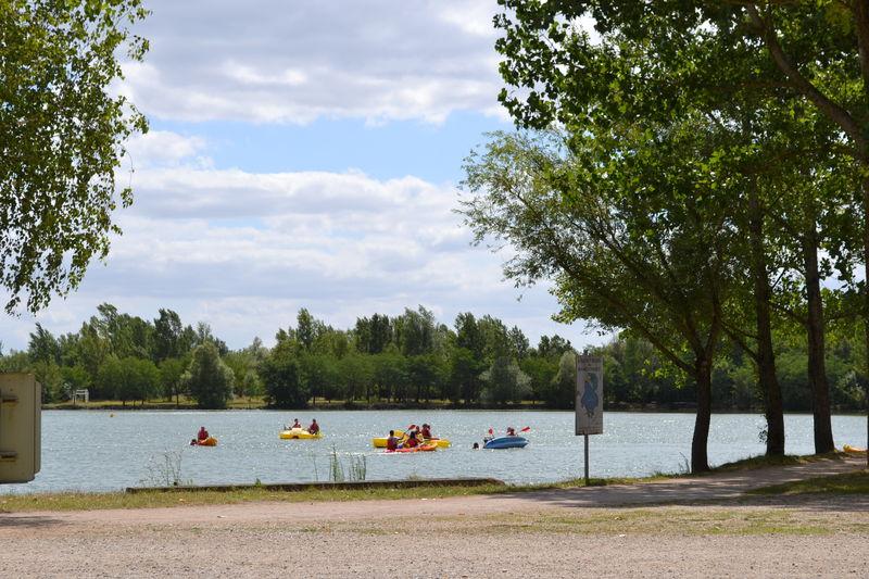 pédalos et canoës sur le lac de voile